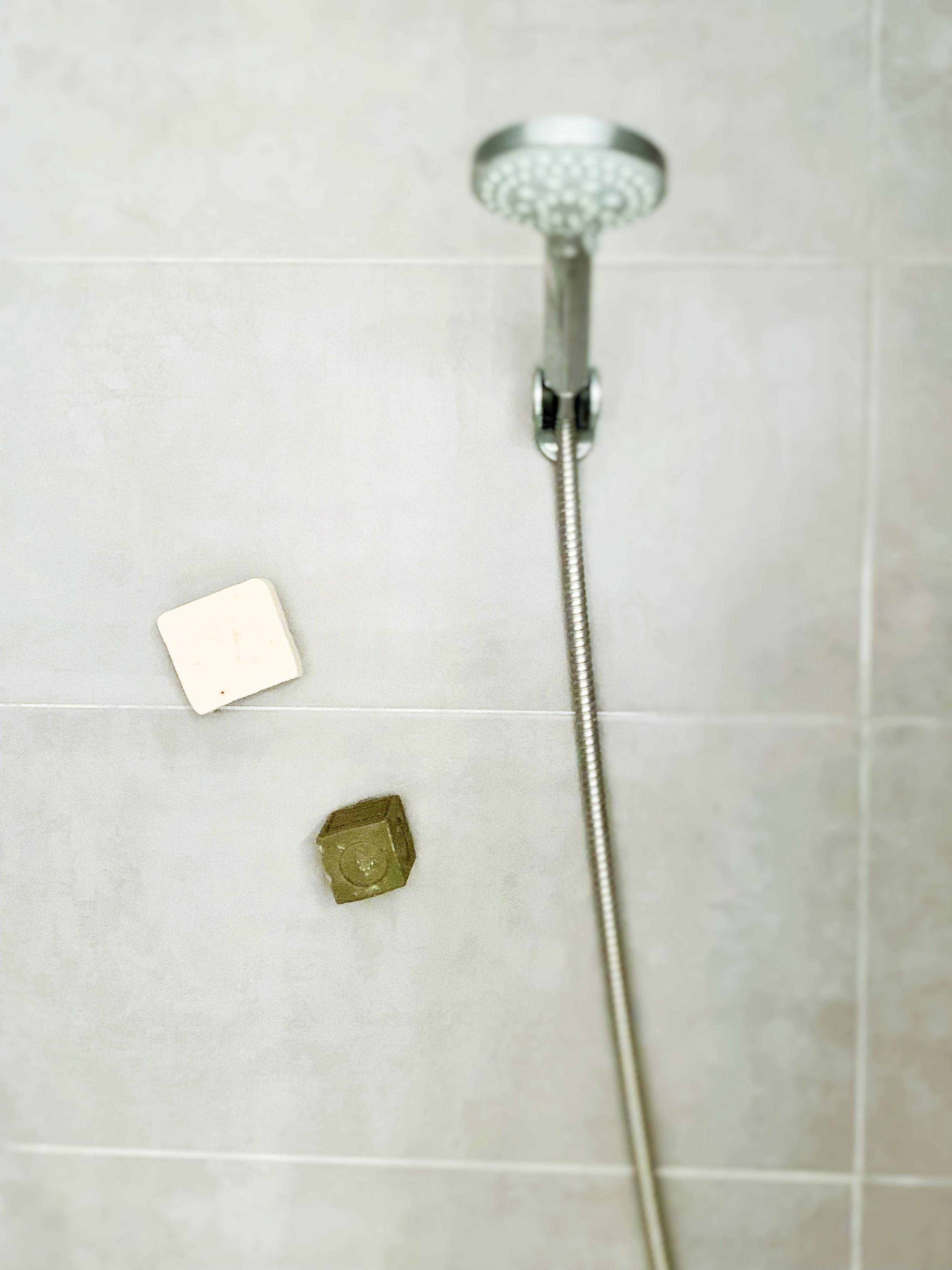 La magie opère même dans la douche. Des soins solides en ordre et en suspension. Merci le porte-savon minimaliste !
