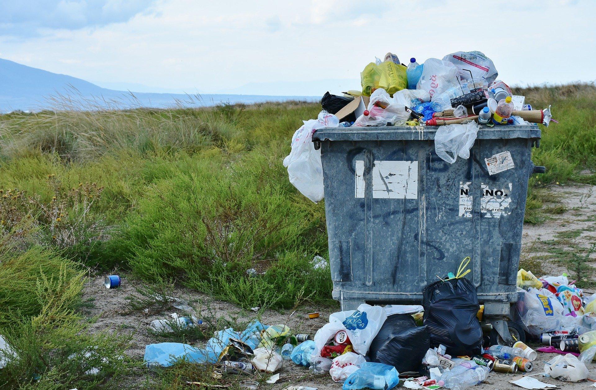 Poubelle saturée de déchets domestiques. Gâchis écologique. Comment réduire ses déchets ?