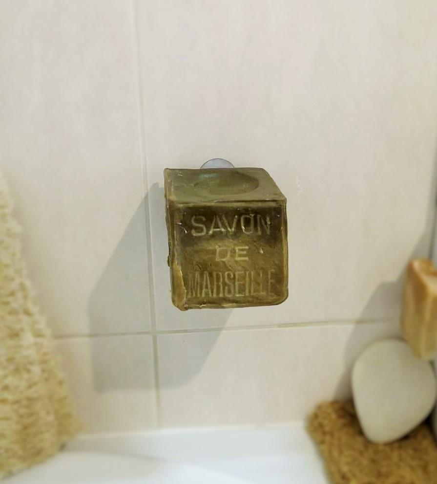 Porte-savon minimaliste et savon de Marseille au sec et en lévitation.