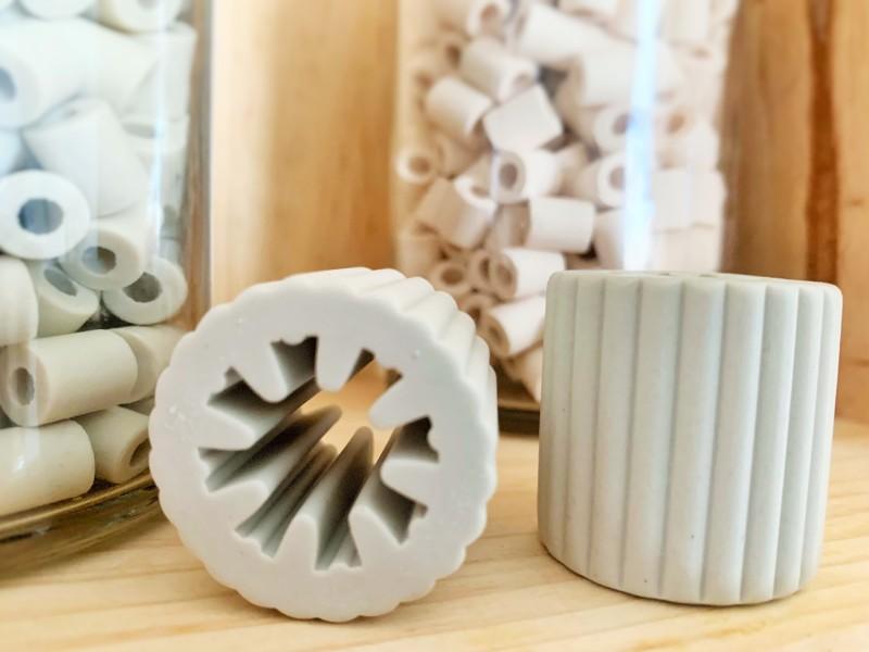 Perles de céramique. Roses ou grises, écologiques et durables.